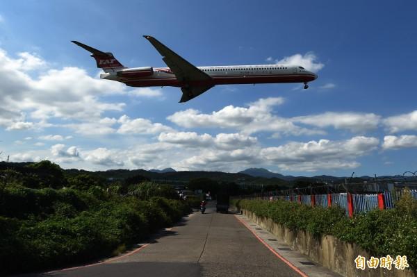 中颱泰利來勢洶洶,遠東航空宣布明天航班異動情形。(資料照,記者簡榮豐攝)