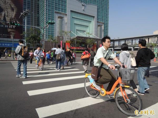 Youbike開放以來人車爭道的問題不斷,議員呼籲市府應多加管制。(資料照,記者翁聿煌攝)