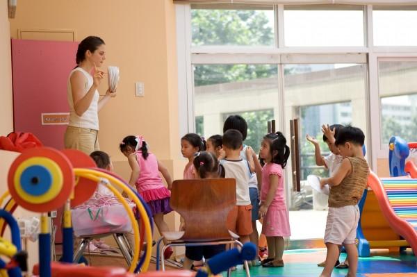幼教老師白天工作,晚上還要面對家長狂LINE的困擾。圖為示意圖,非新聞當事人。(情境照)