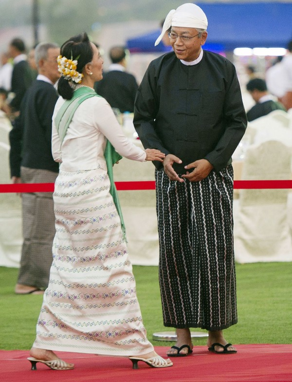 外界認為,礙於憲法規定,因為兩個兒子為英國籍而無法當緬甸總統的翁山蘇姬把新任總統廷覺當作傀儡、垂簾聽政。(美聯社)