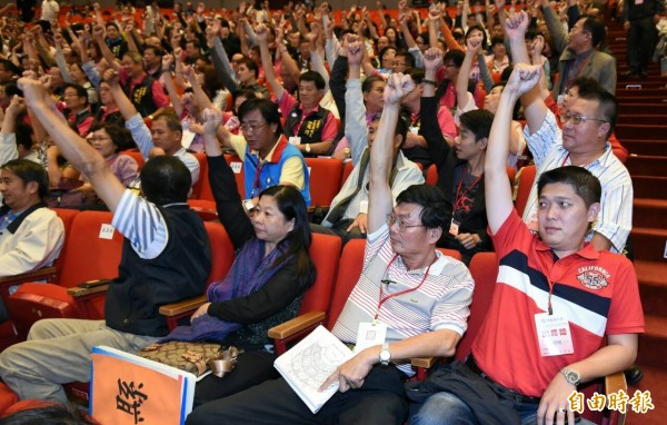 國民黨17日召開第19次全國代表大會臨時會議,以起立鼓掌方式,無異議通過徵召朱立倫參選總統。(記者廖振輝攝)