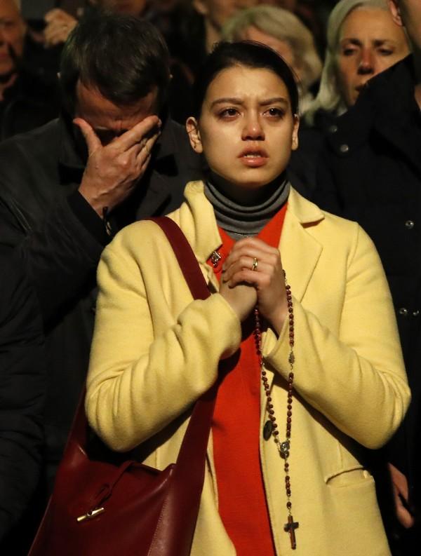 巴黎民眾對聖母院大火感到悲痛。(美聯社)