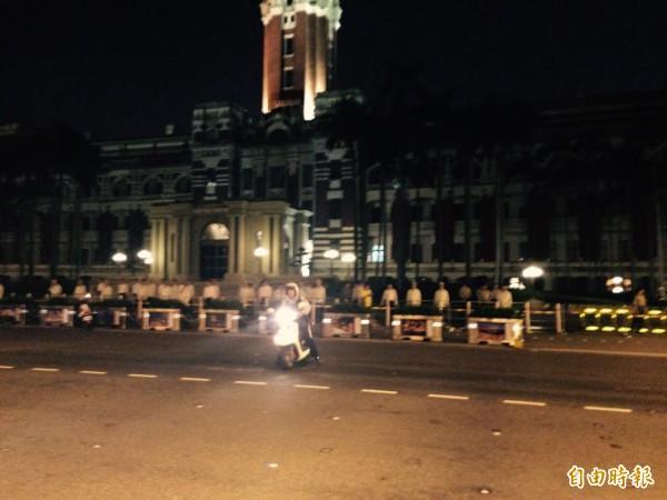 約有30多名學生衝到總統府前靜坐抗議,府前目前軍警增員站崗。(記者劉慶侯攝)