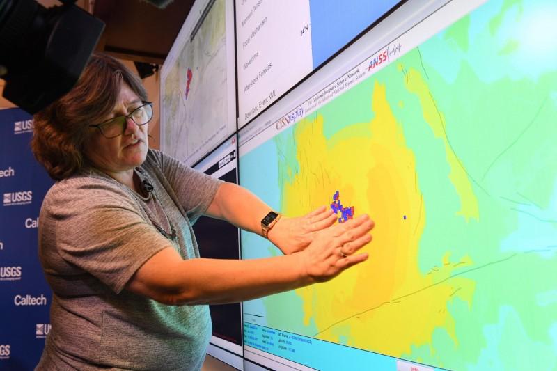 美國地質調查所的地震學家露西瓊斯(Lucy Jones)說,自最初的地震發生以來,已有超過80次餘震襲擊該地區。(法新社)