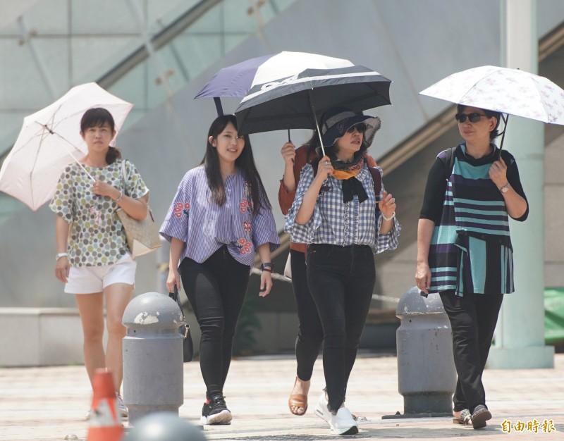 中央氣象局指出,今天(25日)東半部不時有局部短暫陣雨,西半部則為多雲到晴,局部地區有午後短暫雷陣雨。(資料照)