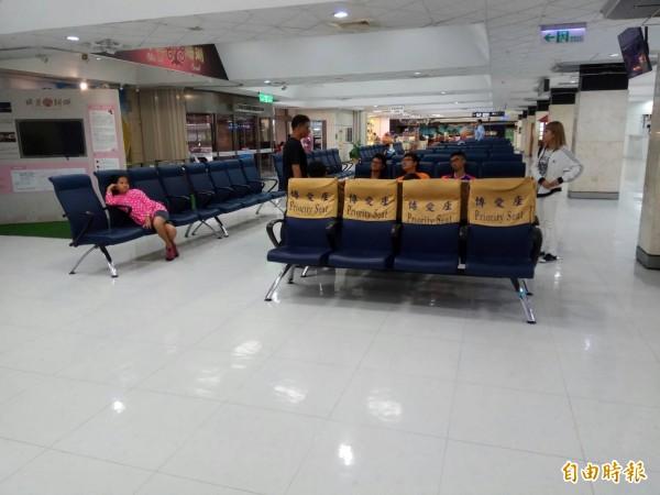 台東往返蘭嶼的班機昨天第9天停飛,許多民眾困在機場等待候補。圖為台東航空站,圖中人物與本新聞無關。(資料照)