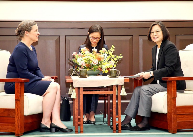 President Tsai Ing-wen, right, talks with US Deputy Assistant Secretary of State Sandra Oudkirk, left, at the Presidential Office in Taipei yesterday. Photo: CNA