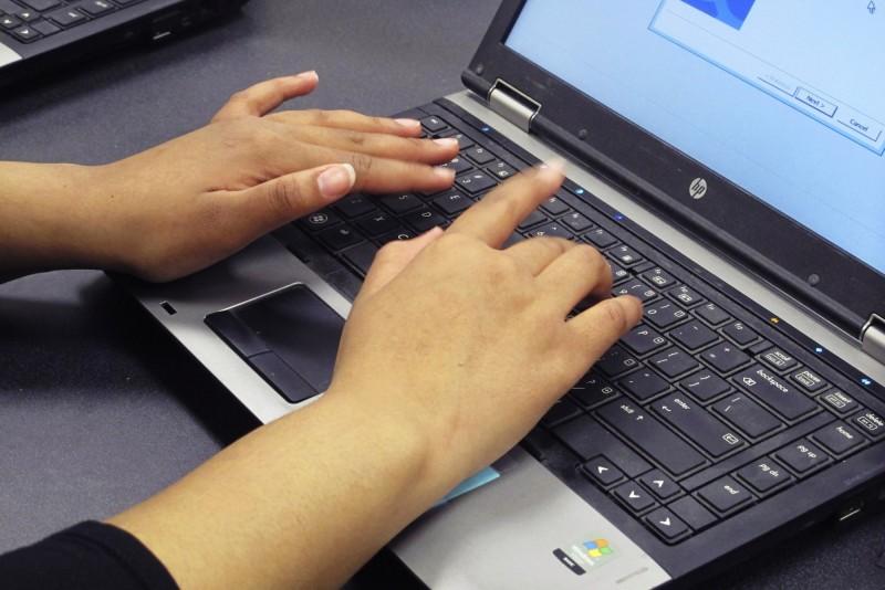 近年,代寫論文成為一種跨國新興產業,許多寫手以此作為全職賺錢。示意圖。(美聯社)