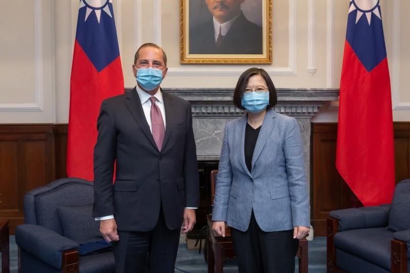 美國衛生部長阿札爾(左)昨日會見總統蔡英文(右)。(歐新社)