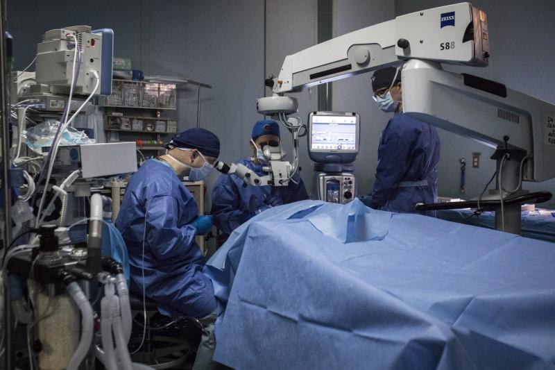 美國一項分析了6200萬人的大型研究發現,切除闌尾的民眾罹患帕金森氏症的機率,比未割除闌尾的人多出3倍。手術示意圖。(彭博)