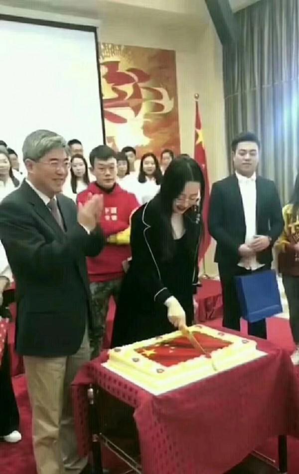 中國保加利亞使館舉行招待會時,有位女子手持利刃切開印有五星紅旗圖案的蛋糕。(圖擷自推特)