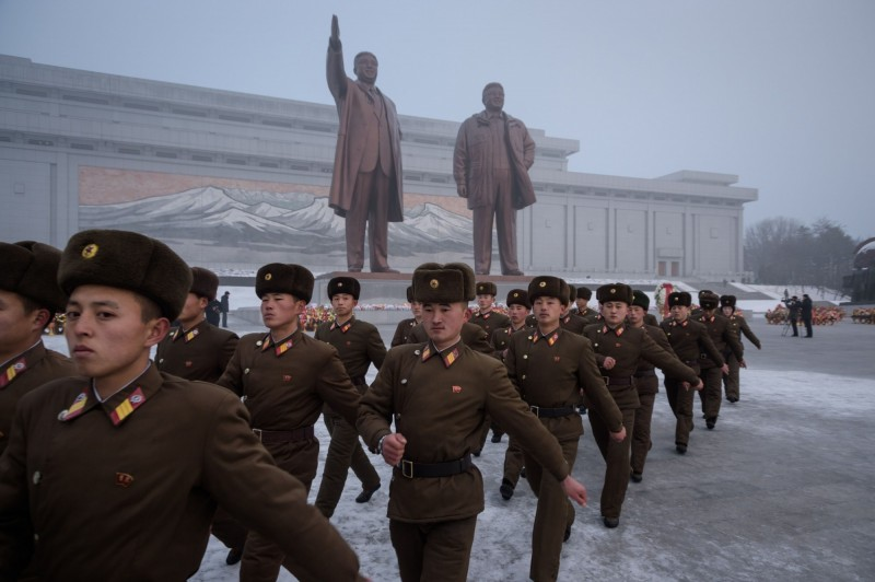有消息指出,北韓人民軍有3名20多歲的年輕士兵,因為跳了南韓知名的男子團體「防彈少年團」的「血汗淚」舞步,結果被保衛局的官員發現,被以「模仿了頹廢的南韓舞蹈」為由逮捕並等候處罰。圖非當事士兵。(法新社)