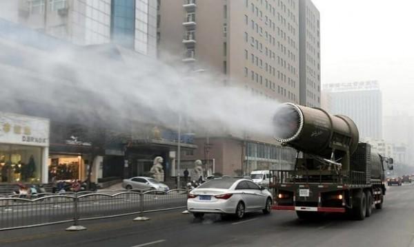 近年中國霧霾問題嚴重,許多地方政府迷信「灑水治霧霾」,花了大筆預算購買俗稱「霧炮車」的灑水降塵器,但治霾效果大受專家質疑。(圖擷取自網路)