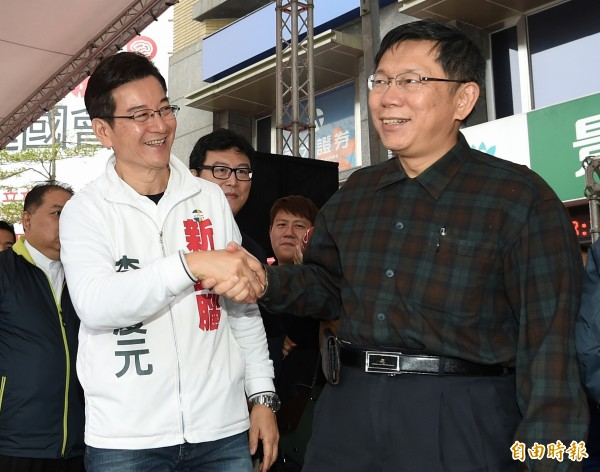 台北市長柯文哲(右)今日出席無黨籍立委參選人李慶元(左)競選總部成立大會,兩人互動熱絡,柯文哲還上台和李慶元、老藝人周遊一同高歌「你是我的兄弟」,表達力挺之意。(記者廖振輝攝)