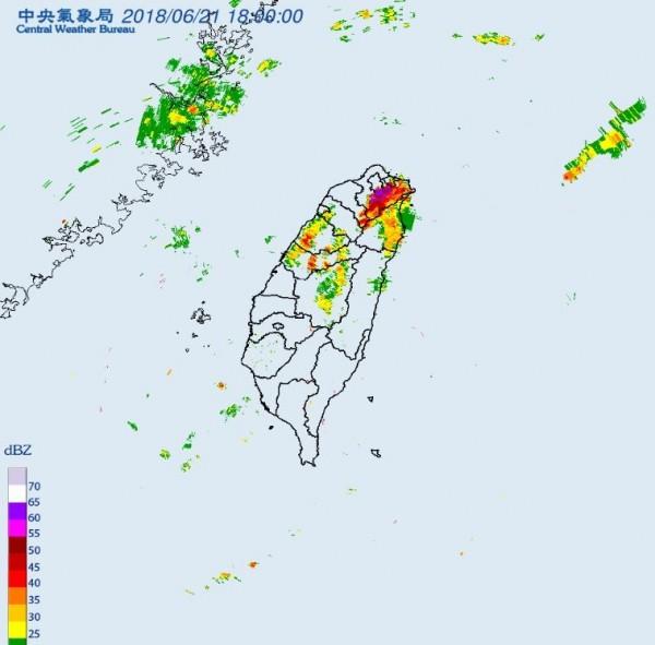 中央氣象局在網站上貼出雷達回波圖,從中能見到在下午5點50分起至晚間6點18分,在台北市、新北市上空開始群聚旺盛對流。(圖擷取自氣象局)