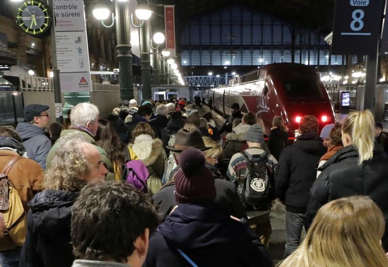 法國罷工導致交通系統混亂,民眾擔心罷工行動持續,耶誕假期恐回不了家。(路透社)