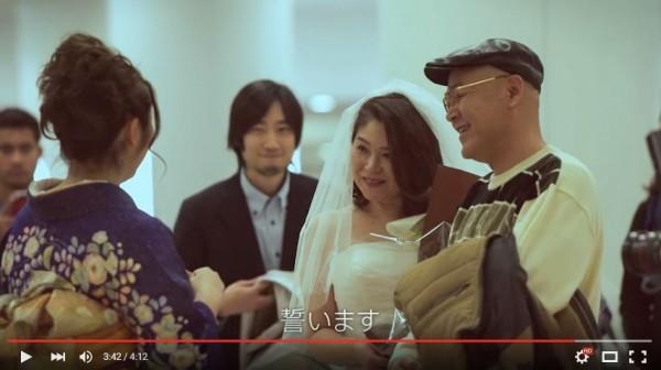 一名旅客抽到的「命運」,竟是女兒替未舉辦結婚儀式的父母補辦婚禮。(圖擷自YouTube)