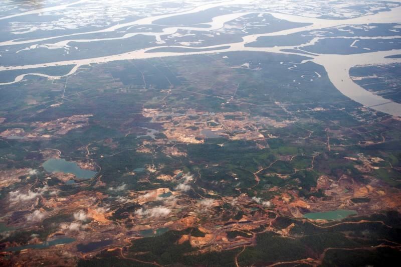 印尼土地規劃部長索夫雅恩今(22)日指出,印尼將在婆羅洲島東加里曼丹省(East Kalimantan)建立一個新首都。東加里曼丹省的鳥瞰圖。(路透)