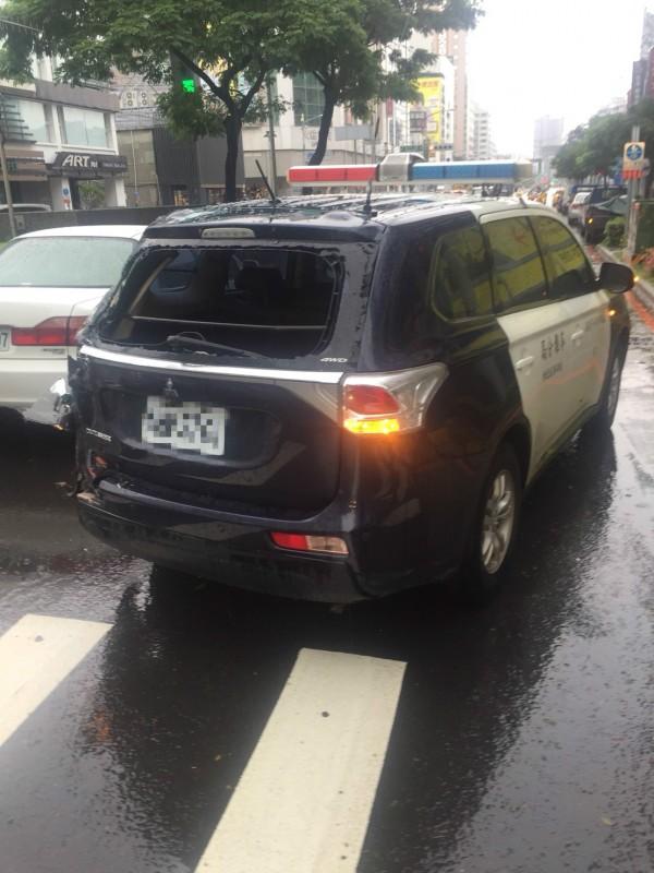 警巡邏車遭貨車追撞。(記者黃旭磊翻攝)