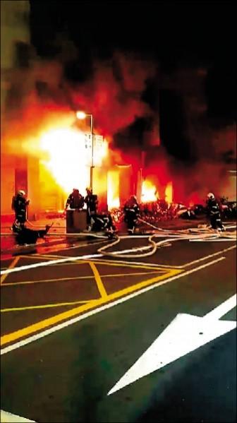 保時捷先撞上路中的公車候車亭島頭,再撞進騎樓引發大火。(民眾提供)
