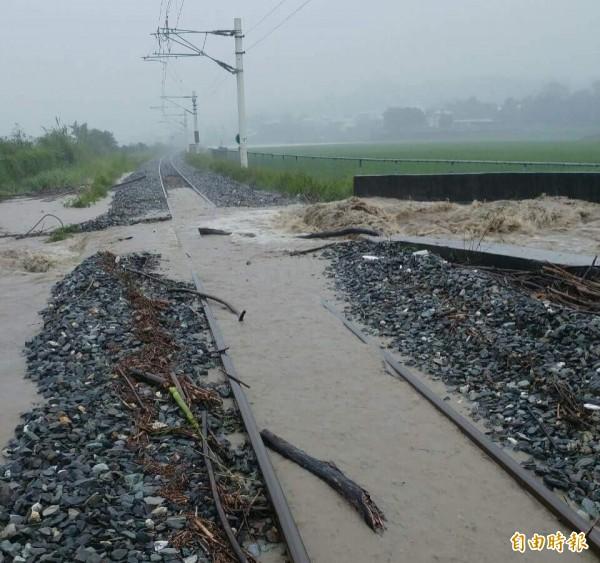台鐵因受豪雨影響,知本至康樂間一度因水淹軌面造成路線不通。示意圖,與本新聞無關。(資料照,台鐵提供)