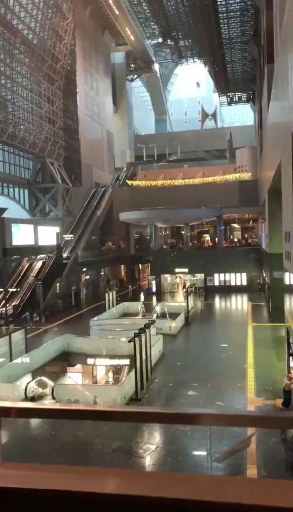 京都車站天花板結構墜落至1樓大廳。(路透)