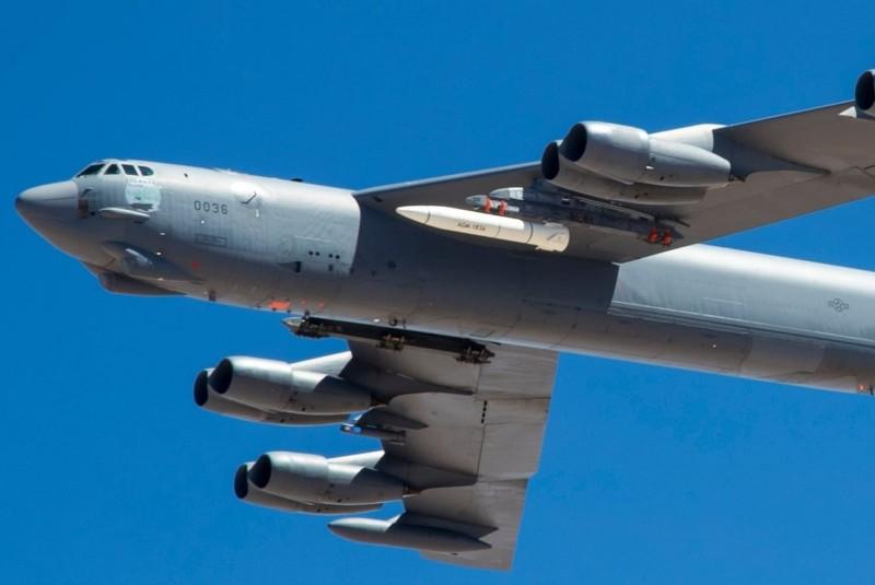 美軍最新型的極音速飛彈「AGM-183A」首度曝光,其在日前的由B-52「同溫層堡壘」掛載進行首次飛行測試。(圖擷自《Defence Blog》)