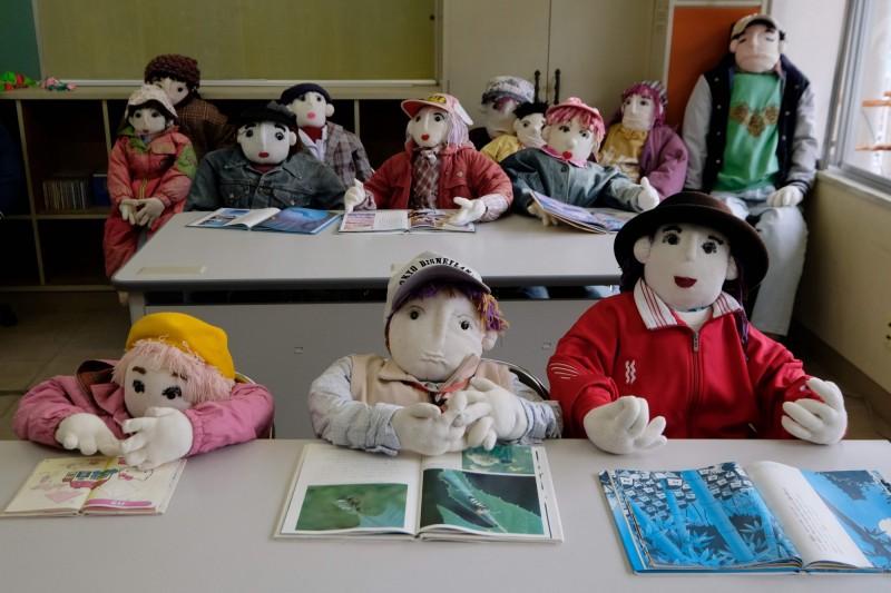 綾野月見在當地學校擺了數個繽紛的兒童娃娃,營造出生氣蓬勃的景象。(法新社)