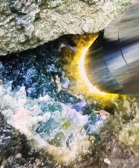 緬甸珠寶玉石管理部門副局長聲稱,目前暫時無法估算出玉石的具體價值,但從原礦外殼觀察,水頭相當不錯。(翻攝自緬甸中文網)