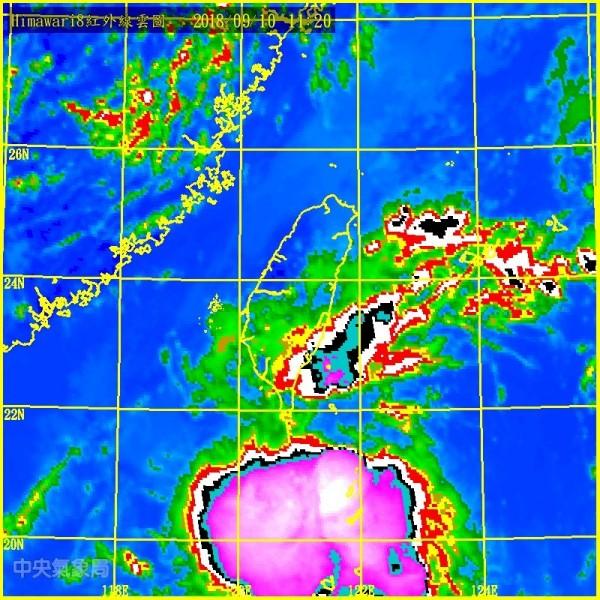 這個熱帶低壓距離台灣相當接近,若成颱氣象局將直接發布海上颱風警報。(中央氣象局)