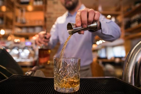 研究指出,飲酒過量不利於人體健康與生殖系統,2014年有來自丹麥的研究指出,每天飲用2品脫(約946毫升)的酒精飲品,能殺掉33%精蟲,圖為威士忌。(彭博) ☆飲酒過量  有害健康  禁止酒駕☆