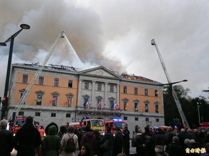 法國東部城市安錫(Annecy)市政廳今(14)日驚傳火災,屋頂竄出大量濃煙與火舌。(讀者提供)