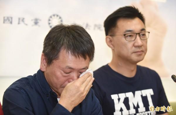 國民黨立委林為洲(左)於8月29日在立院黨團陪同下宣布退選新竹縣長,哽咽落淚,希望自己是最後一名犧牲者。(資料照)