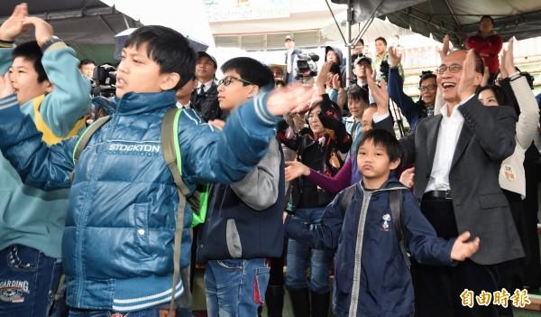行政院長林全參加「安心同樂嘉年華」兒童節慶祝活動,並與小朋友們一同擊掌、跳舞互動。(記者劉信德攝)