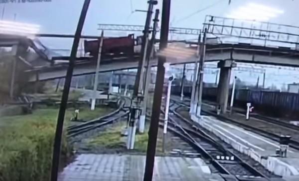 俄國橫跨西伯利亞鐵路的公路橋,在1輛貨車駛過時發生坍塌。(圖擷取自影片)