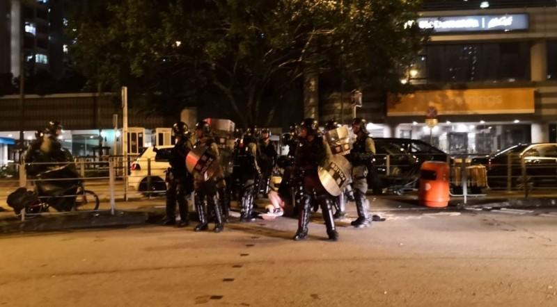 香港反送中持續延燒,昨日一名女子示威者在被警方制伏的過程中裙子內褲遭扯下,畫面曝光後引起網友討論,質疑警方執法「羞辱女性」。(圖擷取自香港連登討論區)