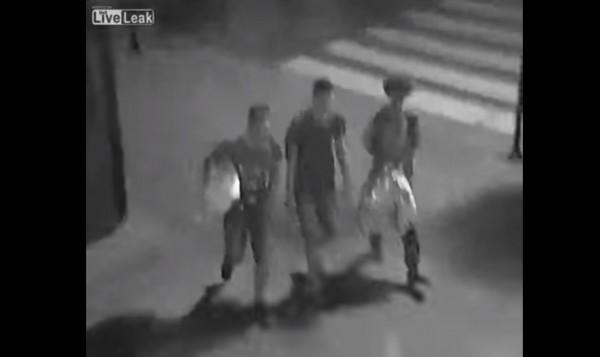 夜間送羽絨被街給友的少年們的名字是西蒙、沃特克和馬爾欽,他們在夜間尼斯市中心贈送羽絨被給街友的行為,被監視錄影器錄下。(圖片截取自文中YouTube影片)