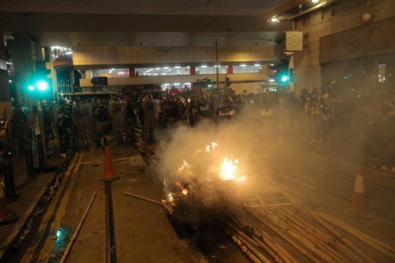 示威者點燃易燃物,試圖阻擋警方推進。(法新社)