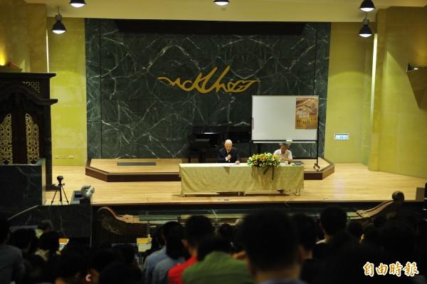李登輝今日到成大演講,一名成大中生突然舉手發問,像台灣這麼小的國家,不專制要如何統治?李登輝神回,台灣有民主,政府是為了人民的利益存在,讓中生啞口無言。(記者王捷攝)