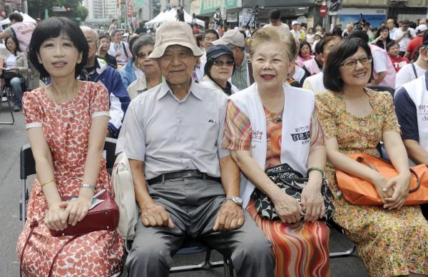 無黨籍台北市長參選人柯文哲競選總部成立大會,柯文哲的父親柯承發(左二)、母親何瑞英(右二)、妻子陳珮琪(左一)、妹妹柯美蘭(右一)到場。(記者廖振輝攝)