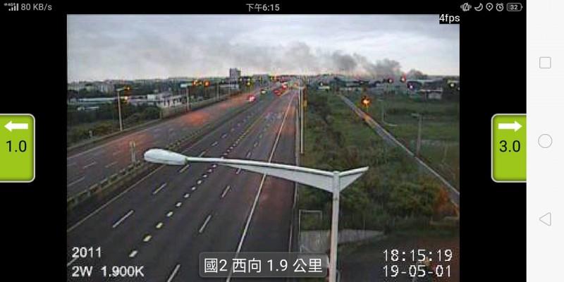 國道2號也可看見濃密煙霧,相當嚇人。(圖擷取自爆料公社)