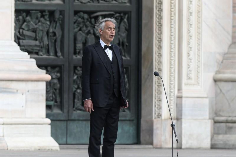 波伽利4月12日曾在米蘭主教座堂廣場獨唱希望之歌。(法新社)