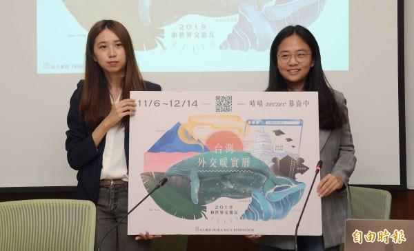 台灣數位外交協會理事長郭家佑(左)與民主維新協會理事長李旻臻(右)6日在立法院舉行記者會,宣布即將推出「外交暖實曆募資計劃」。(記者黃耀徵攝)