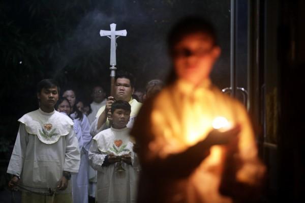 一名哥倫比亞男子假冒羅馬天主教神父18年,今天終於被揭穿。圖為印尼的天主教會在平安夜舉辦彌撒。(歐新社)