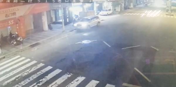 丟下傷者的過程只有20秒,駕駛座沒有人下車,推測傷者從右後座被抬下車。(記者許國楨翻攝)