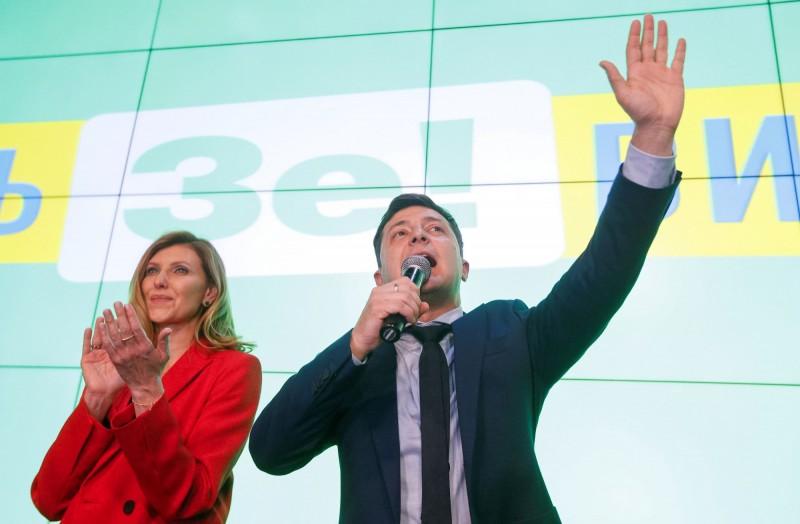 烏克蘭總統大選由喜劇演員澤倫斯基(Volodymyr Zelenskiy,右)勝出,原本期望能讓腐敗的政界面目一新,但他的妻子歐琳娜(Olena,左)竟被爆出以低於市場半價的金額買下豪華公寓。(路透)