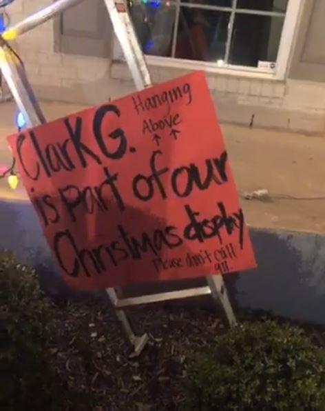 讓這戶人家只好在梯子下方擺放1張公告,告訴大家這是他們的耶誕裝飾,「千萬不要撥打911」。(圖擷取自Facebook)