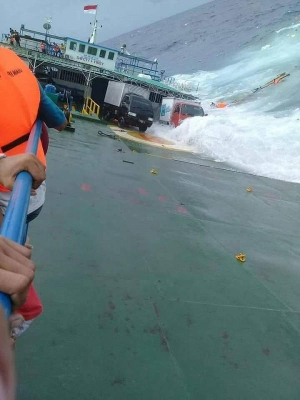 船隻在印尼外海嚴重傾覆,看上去隨時會沉沒。(圖擷自IG : Daeng Info推特)