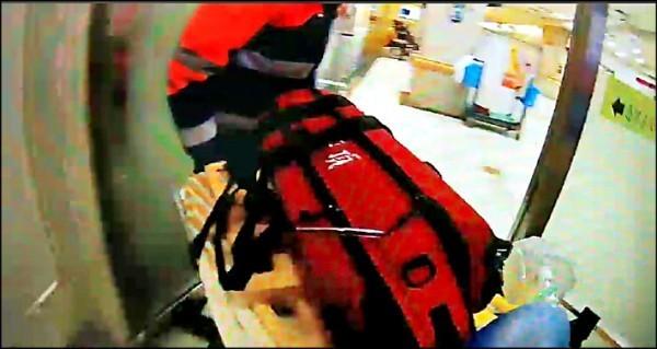 女嬰送醫急救時,因為身形太小,全身被急救設備掩蓋。(資料照,記者鄭淑婷翻攝)