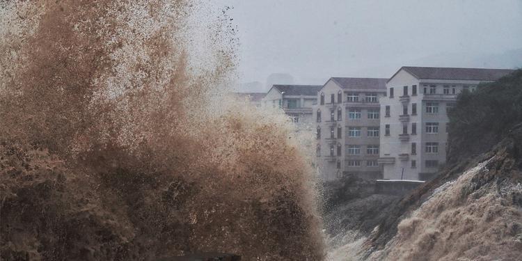 颱風利奇馬繞過台灣,今(10)日凌晨從中國浙江省溫嶺市登陸,當地媒體拍下沿海地區掀起的巨浪。(擷取自網易新聞)